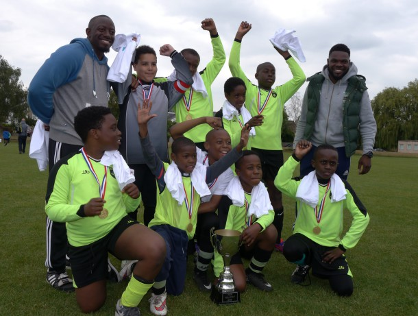 Hill Mead pupils with The Walcot Cup.