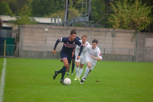 Dulwich midfielder Dan Sweeney runs past two Brentwood Town players (Sandra Brobbey for Brixton Blog)